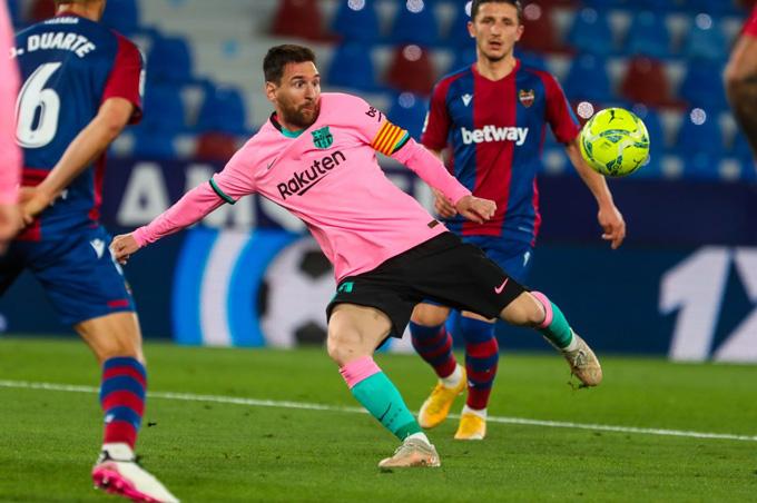 Messi nâng tỷ số lên 2-0 trận Levante vs Barca bằng cú vô-lê đẹp mắt