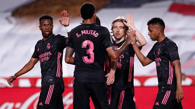 Đồng đội chia vui với Modric sau bàn thắng vào lưới Granada