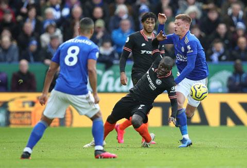Kante (giữa) đã gặp lại Leicester 9 lần nhưng lần này mới là một trận chung kết