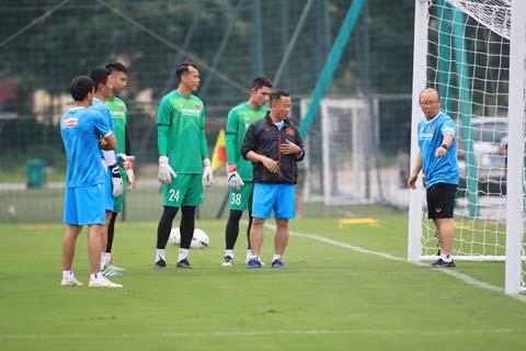 HLV Park Hang Seo đang dặn dò các thủ môn của ĐT Việt Nam trong đợt tập trung quan trọng này - Ảnh: Phan Tùng