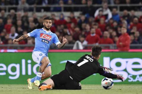 Napoli (áo sáng) đang là khắc tinh của Fiorentina trong thời gian gần đây