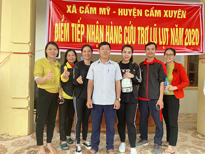 Khánh Linh và mẹ trong chuyến đi hỗ trợ lũ lụt tài miền Trung