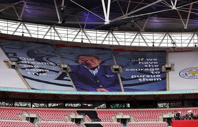 Chân dung cố chủ tịch Vichai của Leicester tại SVĐ diễn ra trận chung kết FA Cup 2021