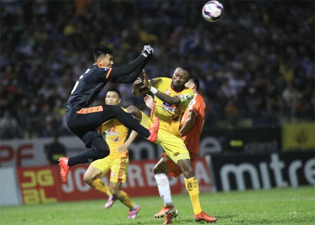 Samson (phải) đã có hành vi phi thể thao trong trận đấu với SHB.ĐN ở vòng 6 V.League 2021 - Ảnh: PHAN TÙNG