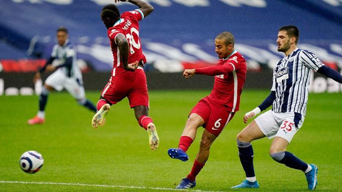 Thiago là nhân tố hiếm hoi gây đột biến ở tuyến giữa Liverpool