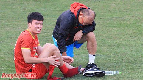 Ông Park Hang Seo soi kỹ mu bàn chân bị dập xương của Hoàng Đức
