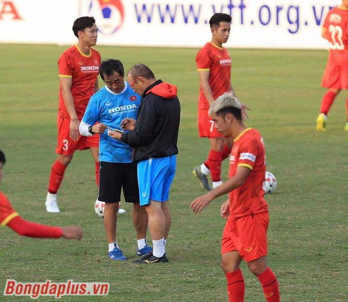 HLV Park Hang Seo cùng các trợ lý kiểm tra lại nhân sự, tình hình cầu thủ và đội hình thi đấu đối kháng trong buổi tập chiều 17/5