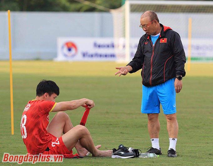 Ông đến hỏi han tình hình của Hoàng Đức, cầu thủ bị dập xương mu bàn chân sau khi thi đấu đối kháng hôm 15/5 vừa rồi