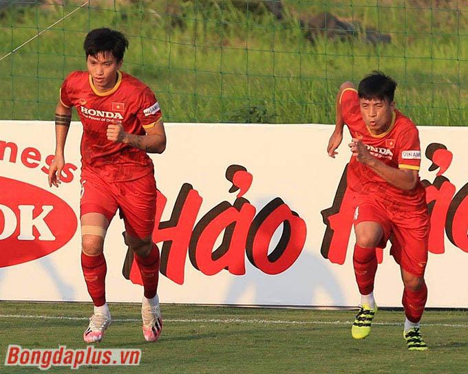 Ở ngoài sân, hậu vệ Đoàn Văn Hậu bắt nhịp tốt với cường độ tập luyện tăng dần trên đội tuyển Việt Nam