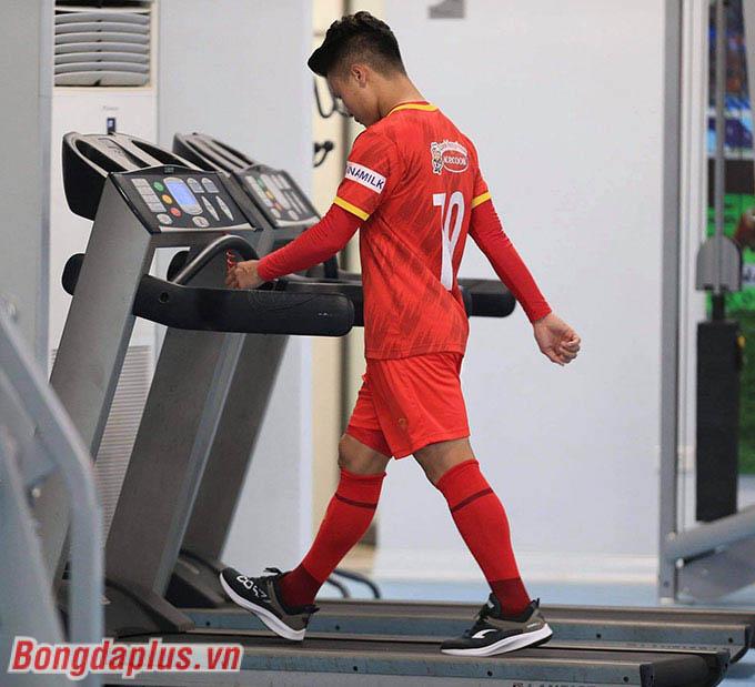 Tuy nhiên thay vì xách giày thi đấu cùng đồng đội trên sân tập, Quang Hải lại vào phòng gym cùng với Xuân Trường và Hoàng Đức, hai cầu thủ đang gặp chấn thương trên đội tuyển Việt Nam