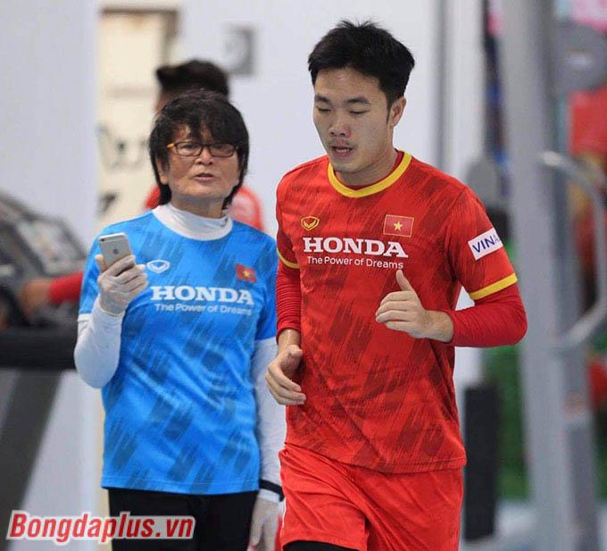 Bác sỹ Choi Ju Young bám sát Xuân Trường, cầu thủ bị tái phát chấn thương cổ chân cách đây vài ngày