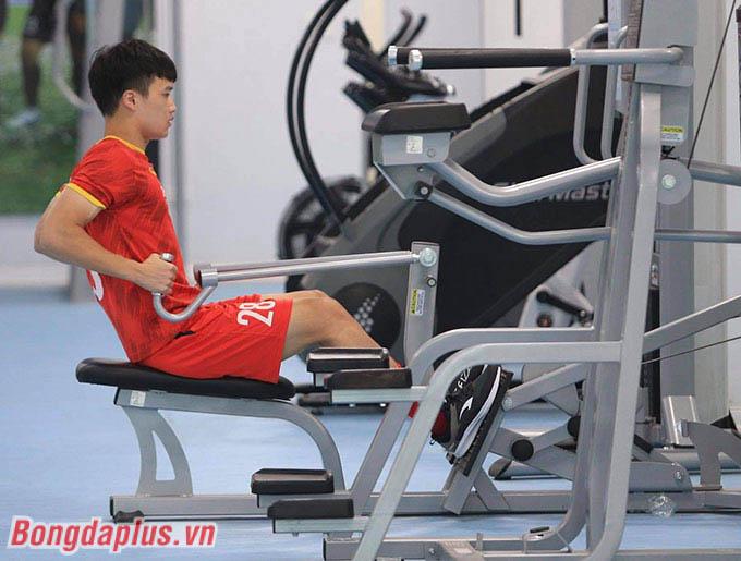 Hoàng Đức bị dập xương bàn chân sau va chạm với Minh Vương khi thi đấu đối kháng hôm 15/5