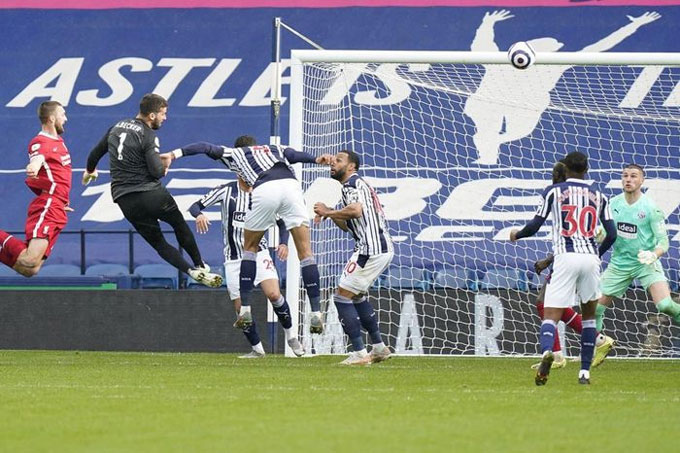 Cú đánh đầu cứu rỗi Liverpool của Alisson