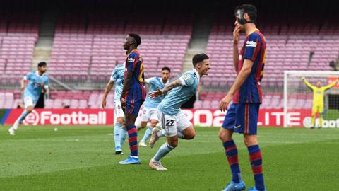 Barca (áo sẫm) chia tay cuộc đua vô địch sau trận thua bẽ bàng trước Celta Vigo