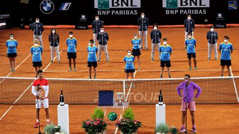 Nadal (phải) và Djokovic trước trận chung kết Rome Master 2021