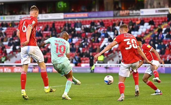 Andre Ayew mang về thắng lợi 1-0 cho Swansea ở lượt đi trận bán kết còn lại