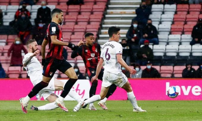 Arnaut Danjuma ghi bàn duy nhất trận Bournemouth vs Brentford ở lượt đi bán kết play-off thăng hạng Premier League