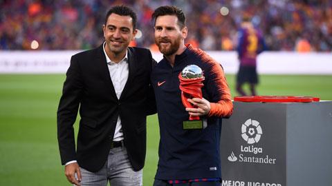 Xavi (trái) tiến gần tới khả năng trở thành thầy của Messi từ mùa giải tới