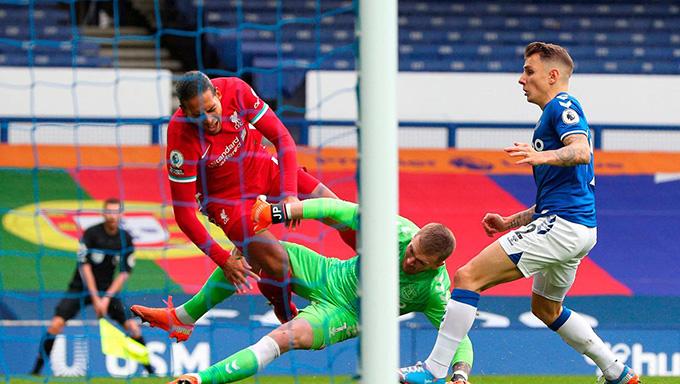 Van Dijk dính chấn thương sau pha va chạm với Pickford