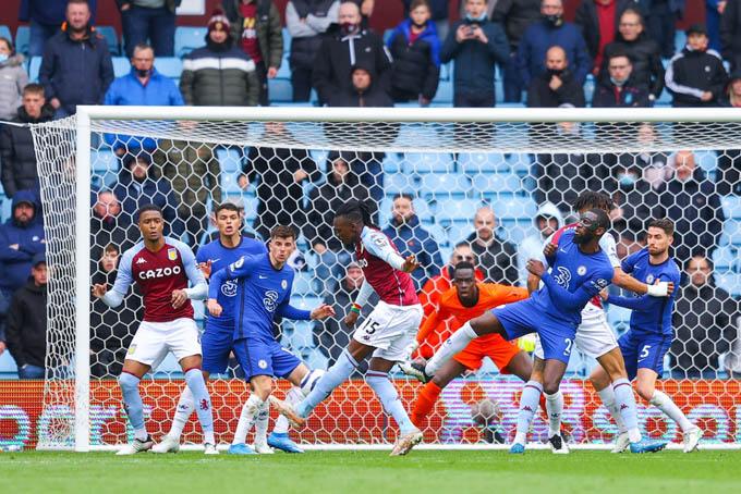Traore của Villa ghi bàn vào lưới Chelsea
