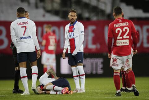 Dù thắng Brest, Neymar (giữa) và các cầu thủ PSG vẫn phải ngậm ngùi nhìn Lille vô địch