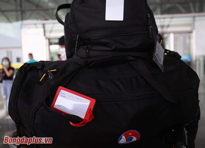 Hành lý của Công Phượng sang UAE cũng cồng kềnh hơn 1 chút - Ảnh: Đức Cường