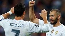 Ronaldo từng kiến tạo khó tin cho Benzema bằng chân không thuận