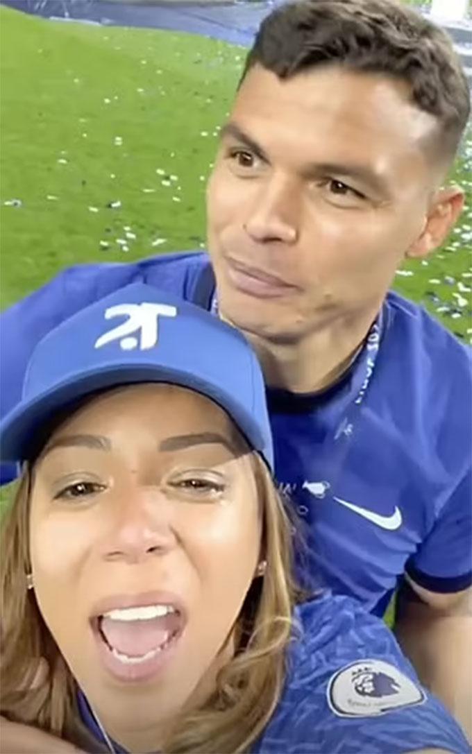 Vợ của Thiago Silva cũng đến sân chia vui cùng chồng