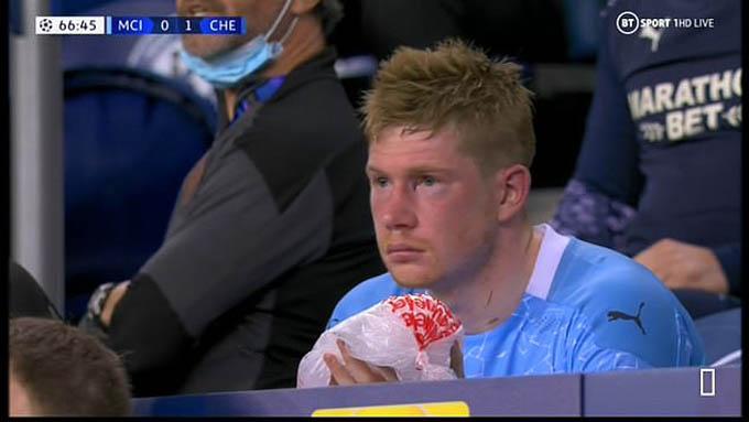 De Bruyne vừa xem trận đấu vừa chườm đá