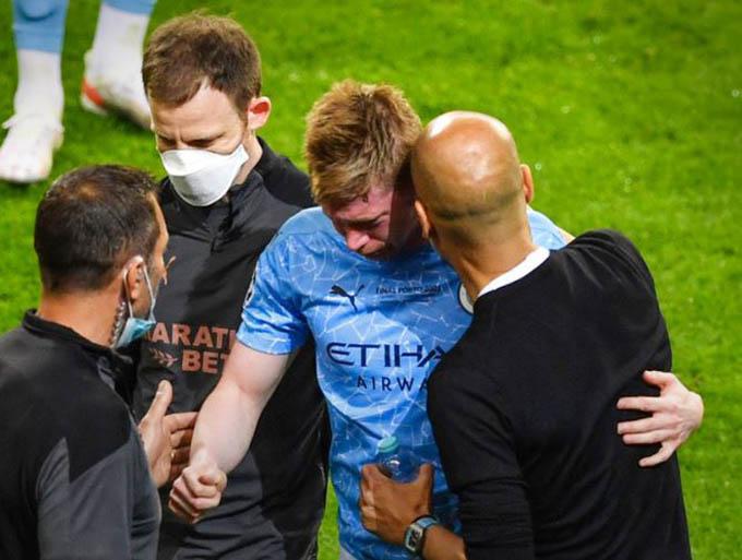 Sang tới hiệp 2, tới lượt Man City mất đi cầu thủ quan trọng khi nhạc trưởng De Bruyne phải rời sân vì chấn thương. Những giọt nước mắt đã rơi trên gương mặt của De Bruyne