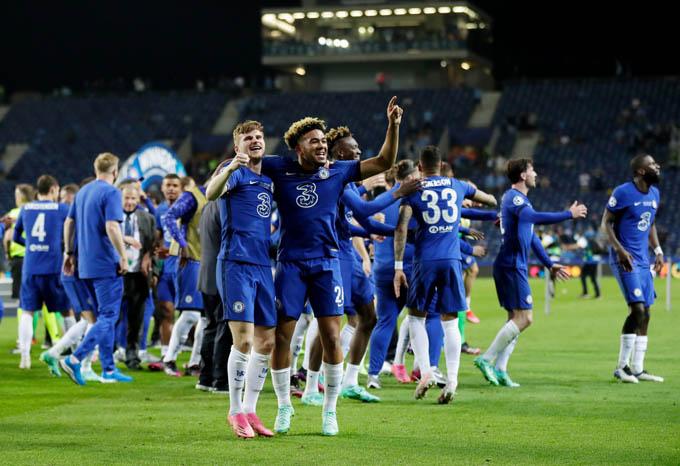 Tiếng còi mãn cuộc vang lên, Chelsea giành chiến thắng chung cuộc 1-0 trước Man City để lên đỉnh châu Âu