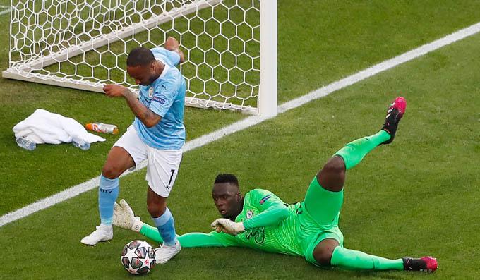 Man City vs Chelsea bước vào trận đấu đầy khí thế và hứng khởi. Ngay phút thứ 8, Sterling có cơ hội rất tốt để mở tỷ số cho Man City nhưng không tận dụng thành công