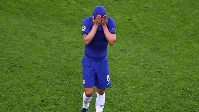 Chelsea gặp bất lợi ở phút 39 khi trung vệ lão luyện Thiago Silva phải rời sân vì chấn thương. Cầu thủ người Brazil đã khóc nức nở khi không thể kết thúc trận chung kết Champions League 2020/21 trọn vẹn