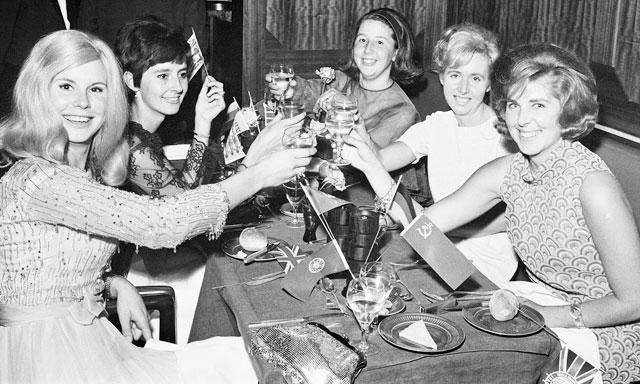 WAGs những năm 1966 (ảnh nhỏ) không gây ảnh hưởng tiêu cực đến đội tuyển như hiện nay