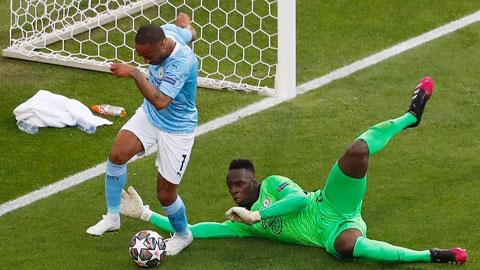 Sterling có nhiều tình huống xử lý lỗi trong trận chung kết Champions League