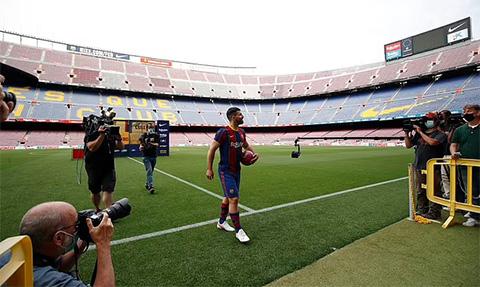 Aguero ra mắt Camp Nou