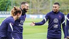 Mbappe tròn mắt nhìn Benzema ghi bàn miễn chê trên sân tập tuyển Pháp