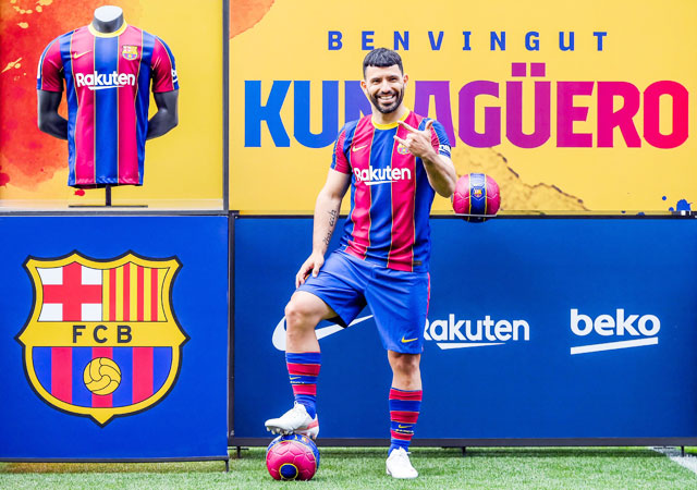 Tiền đạo Sergio Aguero trong buổi lễ ra mắt chính thức ở Barca