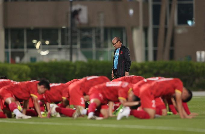 HLV Park Hang Seo cùng các cộng sự đang tính toán điểm rơi cho các cầu thủ