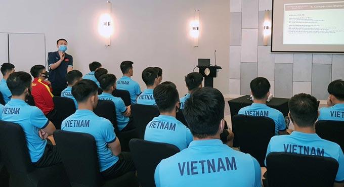 ĐT Việt Nam được phổ biến các quy định phòng chống dịch cũng như nghi thức thực hiện khi bước vào các trận đấu