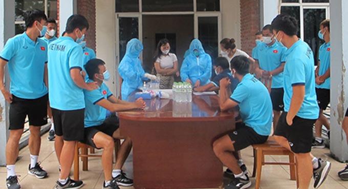 Dù tập luyện mất nhiều sức lực nhưng các cầu thủ U22 Việt Nam thực hiện nghiêm việc xét nghiệm Covid-19