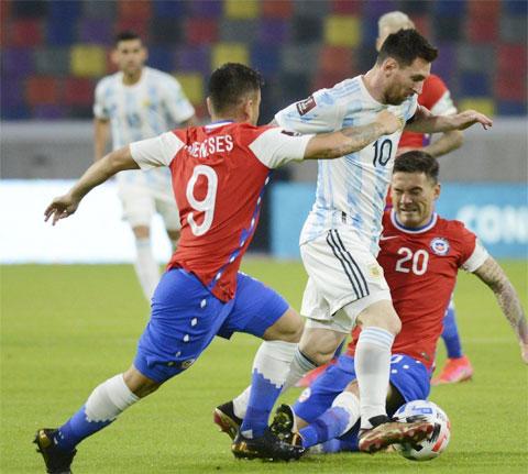 Bị đối thủ Chile cầm hòa ngay trên sân nhà ở vòng đấu vừa qua không phải đã là một thảm họa với Argentina (áo sáng)