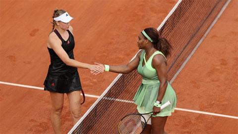 Elena Rybakina (trái) từng từ chối 15 trường cao đẳng, đại học ở Mỹ để bước vào thi đấu ở giải chuyên nghiệp WTA Tour