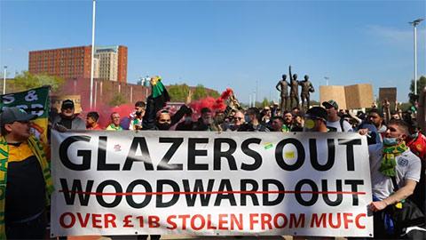Nhà Glazers phải xuống nước với NHM Man United