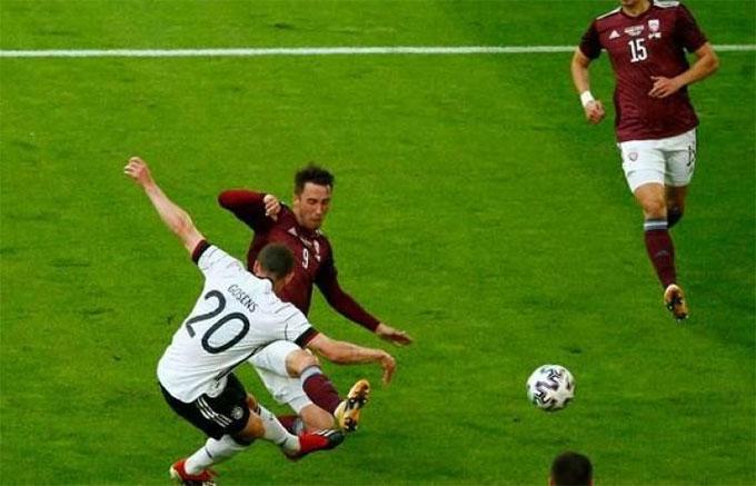Gosens đã ghi được bàn thắng đầu tiên trong 7 trận chơi cho ĐT Đức