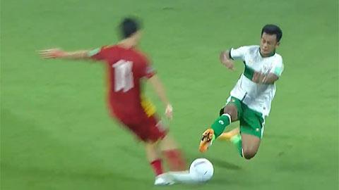 Pha vào bóng ác ý của Pratama khiến Tuấn Anh phải rời sân ngay trong hiệp 1