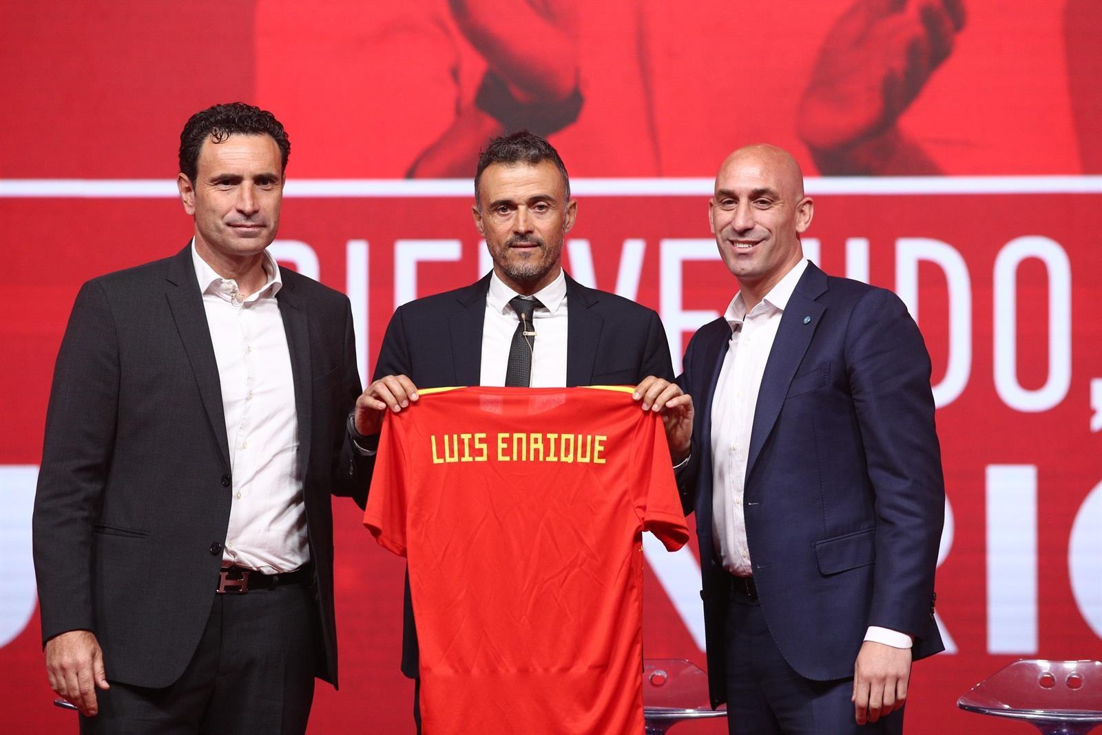 Rubialess đã bổ nhiệm Luis Enrique vào ghế HLV trưởng ĐTQG 2 lần trong 18 tháng với hy vọng củng cố kỷ luật và loại bỏ quyền lực của cầu thủ