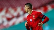 Ronaldo sút phạt siêu tệ trước Israel khiến fan ngán ngẩm