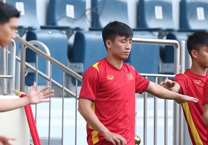 HLV thể lực Park Sung Gyun hướng dẫn cầu thủ nhắm mắt, hít thở sâu, một chân nhấc lên và hai tay dang ra để giữ sự cân bằng