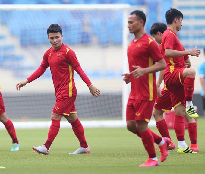 Hậu vệ Nguyễn Quang Hải tập cùng các đồng đội. Anh không thể góp mặt ở trận này vì đã nhận 2 thẻ vàng trước đó